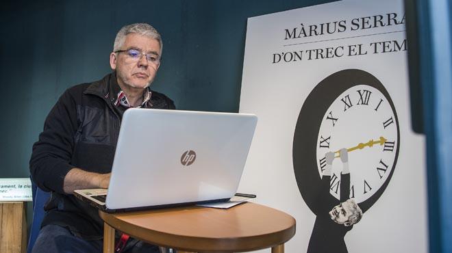 Màrius Serra estará todo el día trabajando en el escaparate de la Ferreteria Bolibar.