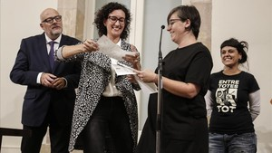 Marta Rovira (a la izquierda)y Anna Gabriel (a la derecha de la imagen, en segundo plano), el pasado octubre, con el exdiputado de Junts pel Sí Lluís Corominas y la exdiputada de la CUP Mireia Boya.