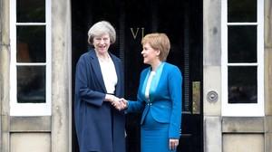 May (izquierda) y Sturgeon se dan la mano en la puerta de Bute House, en Edimburgo, este viernes.