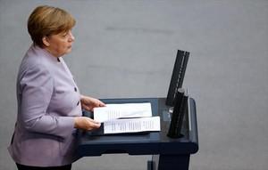 Merkel se dirige ayer a los diputados del Bundestag, en Berlín.