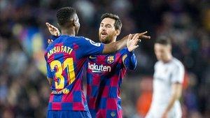 Messi y Ansu Fati se felicitan tras el primer gol del joven al Levante en el Camp Nou.
