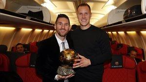 Messi y Ter Stegen, en el avión de regreso de la gala del Balón de Oro.