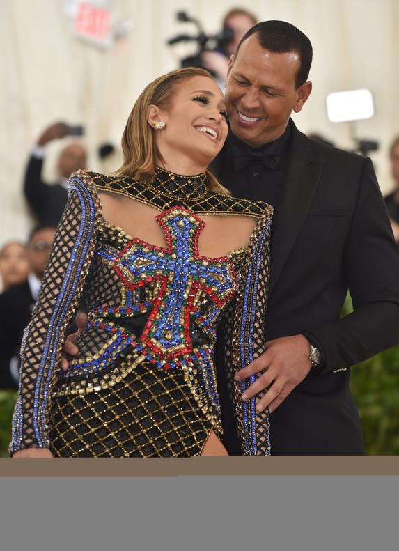 Jennifer Lopez con su pareja, el exdeportista Alex Rodriguez, con un sensacional crucifijo en su modelo de Balmain.