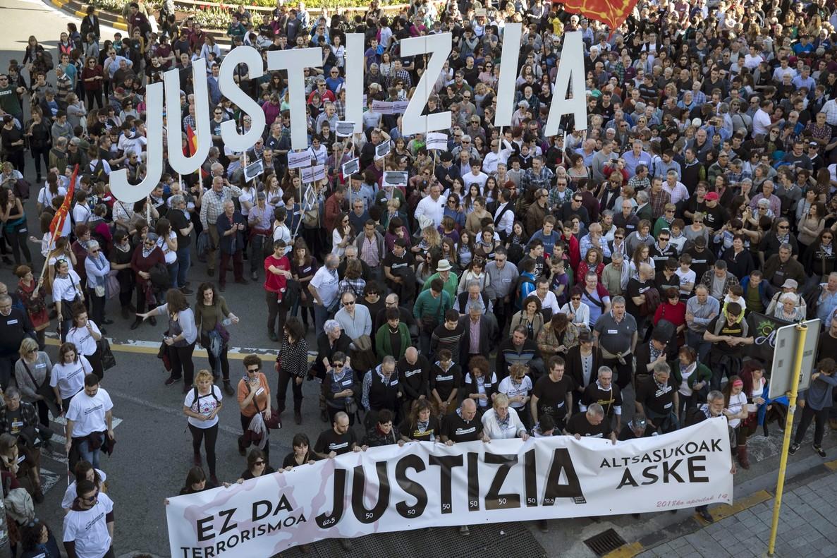 Miles de personas se han manifestado esta tarde en Pamplona pidiendo justicia para los ocho jóvenes de Alsasua, procesados por agredir a dos guardias civiles y sus parejas en un bar de madrugada en octubre de 2016.