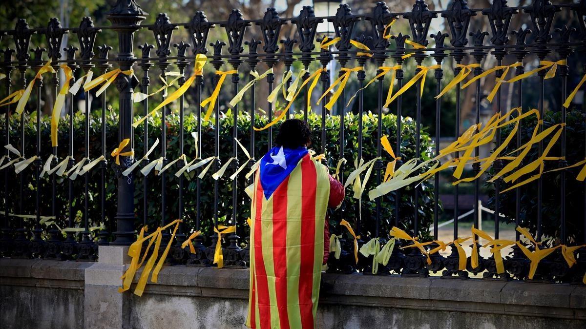 Multitud de lazos amarillos colgados en las verjas del parque de la Ciutadella para reclamar la libertad de los políticos presos.