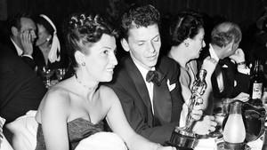 Nancy Sinatra, junto a La Voz, en 1946.