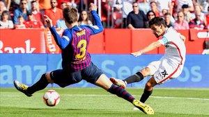 Navas dispara ante Piqué para marcar el primer gol del Sevilla contra el Barça.