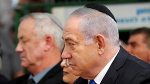 El primer ministro israelí, Binyamin Netanyahu,tocado con el kipá, y en segundo plano el líder del partidoAzul y Blanco y ganador de las últimas elecciones,Benny Gantz.