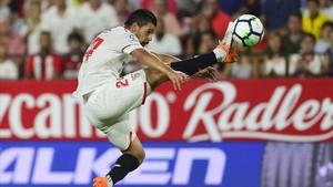 Nolito chuta el balón de forma acrobática en el Sánchez Pizjuán.