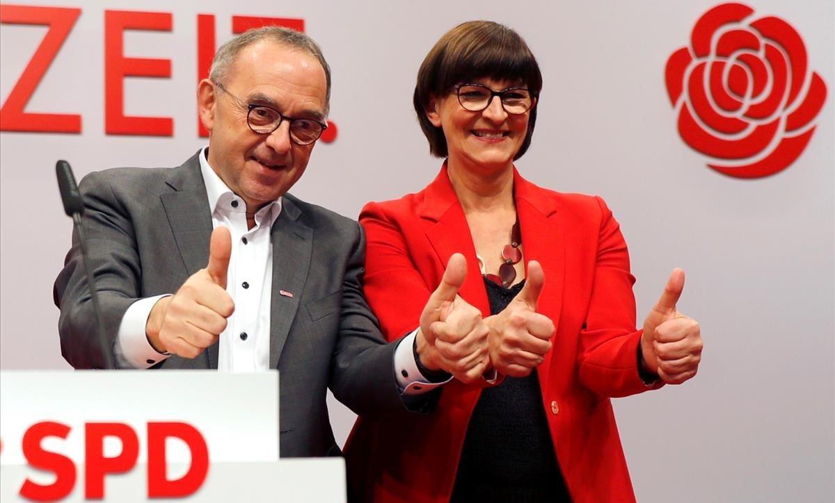 Norbert Walter-Borjans y Saskia Esken, tras ser ratificados al frente del SPD.