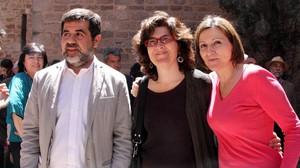 El nou president de l'ANC, Jordi Sánchez, al costat de Liz Castro i Carme Forcadell, dissabte.