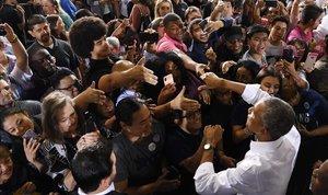 Obama saluda a simpatizantes demócratas tras su intervención en un mitin en Las Vegas.