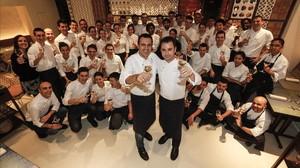 Oriol Castro y Eduard Xatruch, con su equipo en el restaurante Disfrutar el 25 de noviembre de este año, cuando supieron que les habían concedido una estrella Michelin.
