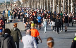 Paseo y ejercicio junto al mar, en el paseo Marítimo de la Barceloneta.