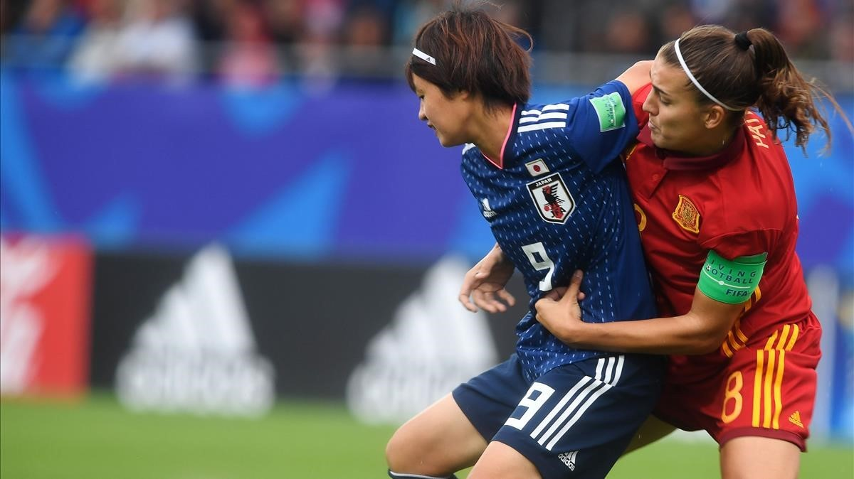 Patri Guijarro pugna con Hinata Miyazawa, en la final del Mundial femenino sub-20, este viernes