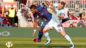 Paulinho y Lobotka pugnan por un balón.