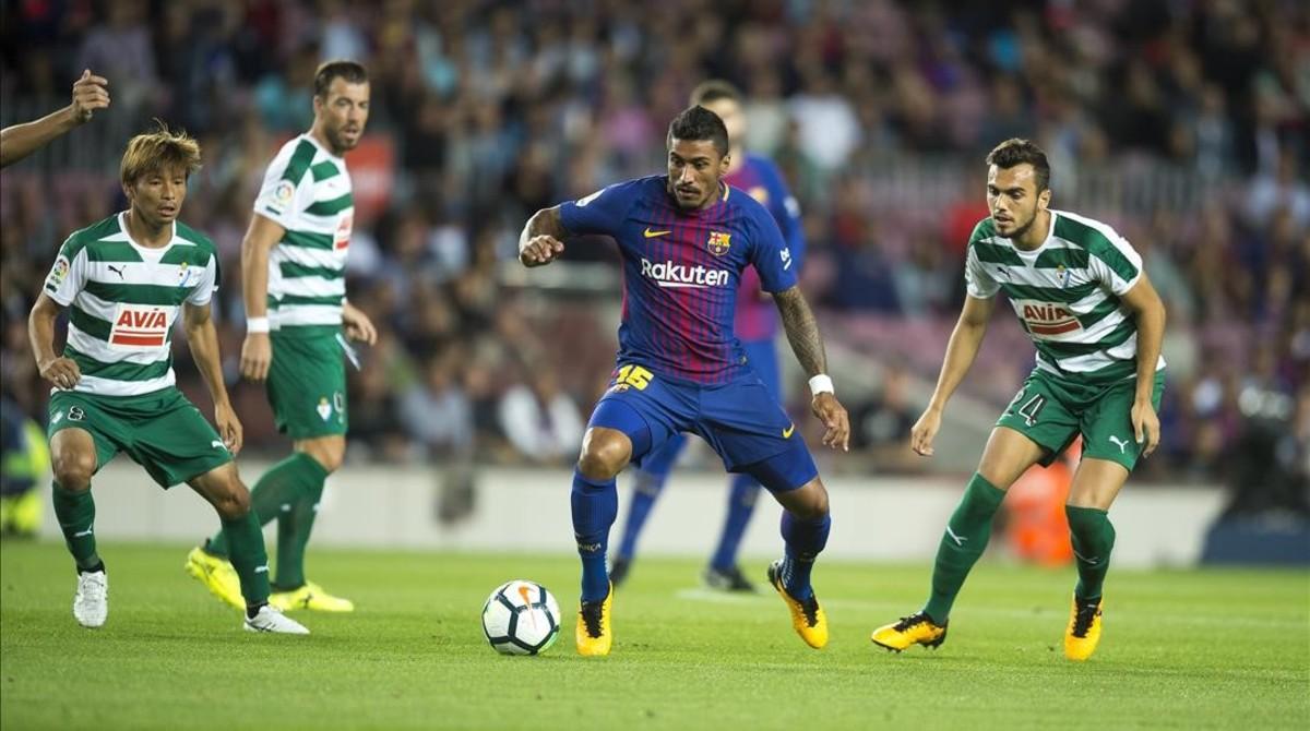 Paulinho, rodeado de jugadores del Eibar.