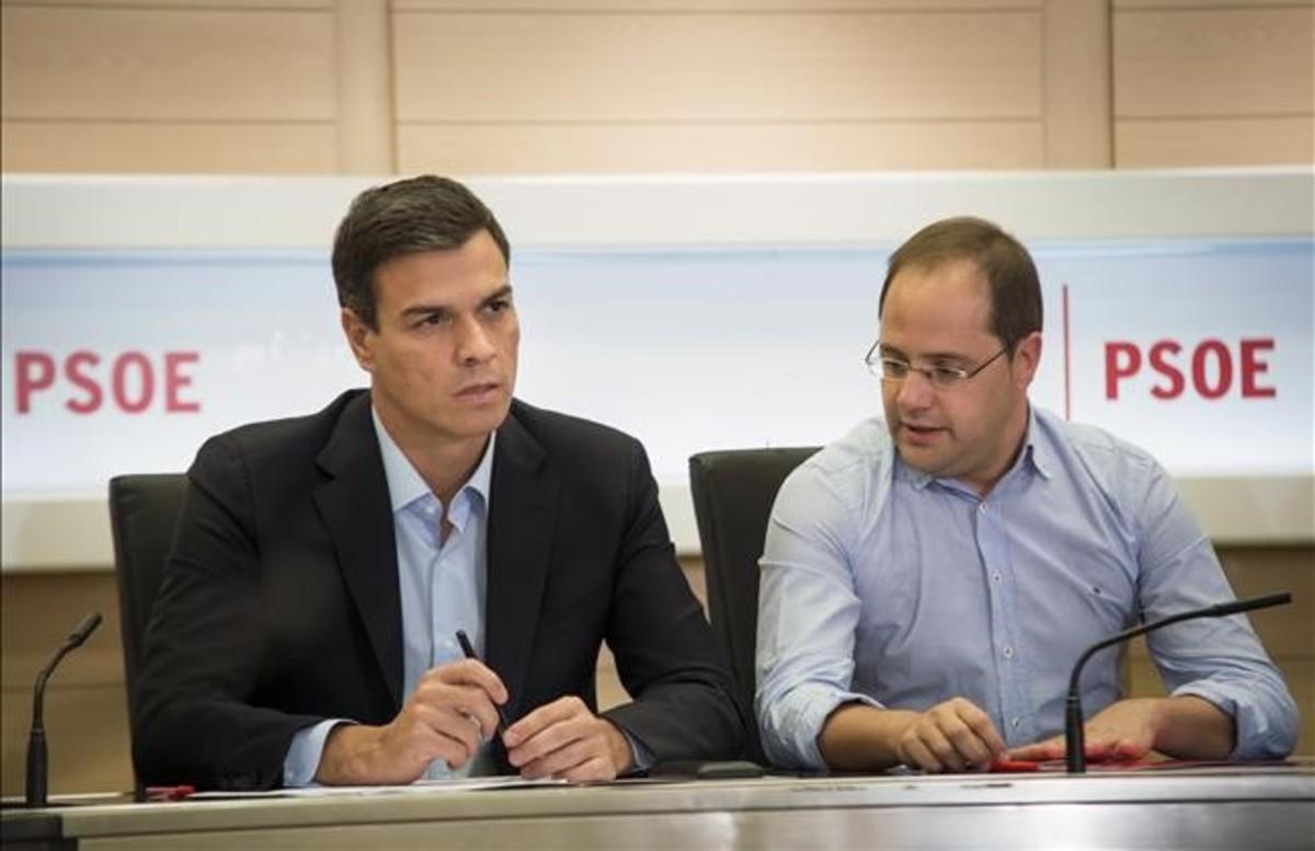 Pedro Sánchez y César Luena, este lunes, en la reunión de la ejecutiva del PSOE.