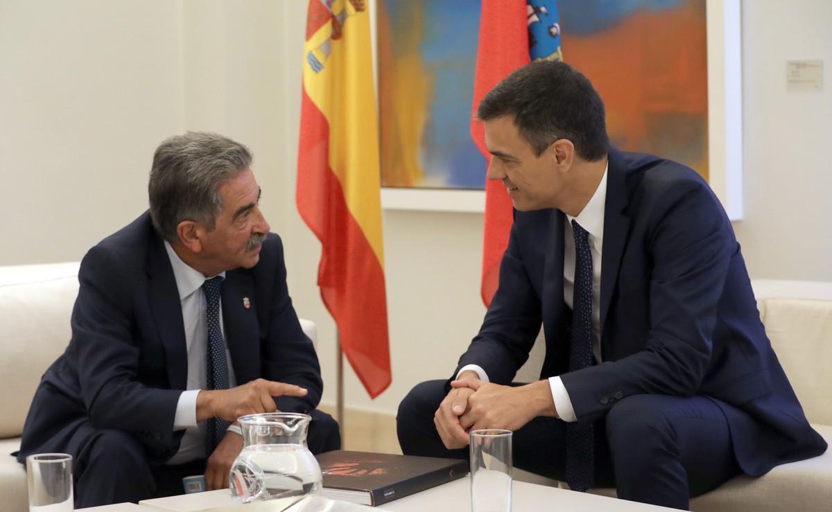 El presidente del gobierno Pedro Sánchez, durante su encuentro con el presidente de Cantabria, Miguel Ángel Revilla.
