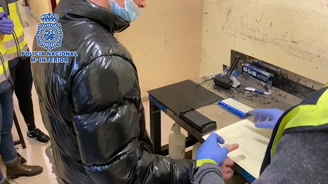La Policía detiene a un hombre por cometer una estafa vendiendo mascarillas quirúrgicas.