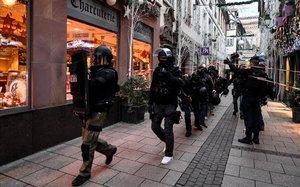 La policía francesa busca al sospechoso del atentado en el mercadillo de Navidad de Estrasburgo.