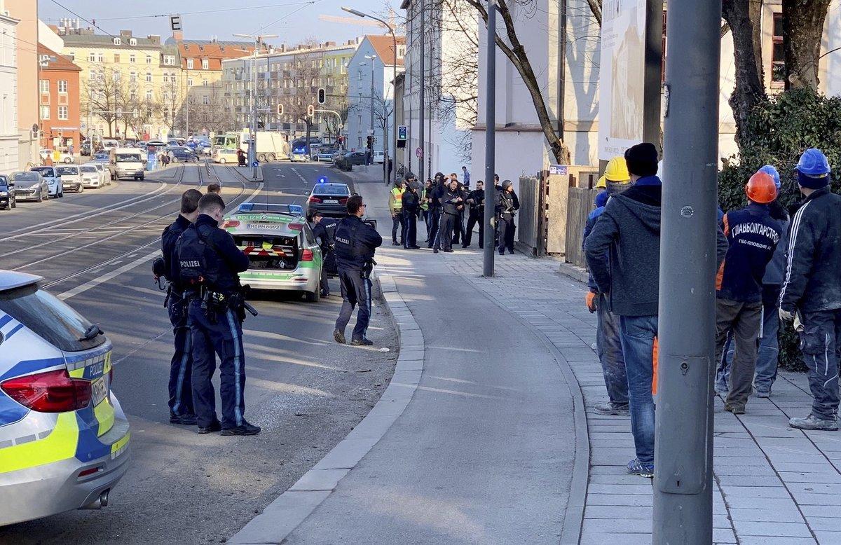 Policías observan el lugar del tiroteo en Munich.