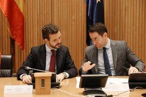 El presidente del PP, Pablo Casado (i) y el secretario general del Partido Popular, Teodoro García Egea (d).