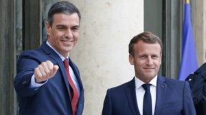 El presidente español, Pedro Sánchez, y el francés, Emmanuel Macron, antes de comenzar su reunión para preparar la cumbre europea, este miércoles en el Palacio del Elíseo.
