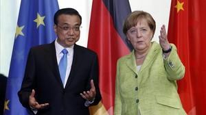 La cancilleraalemana,Angela Merkel, y el primer ministro chino, Li Keqiang, a su llegada a una rueda de prensa en la Cancilleria de Berlin.