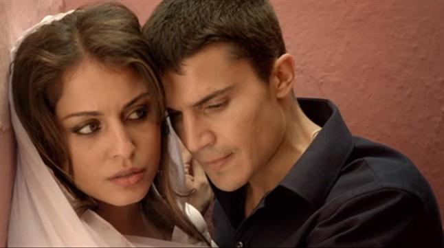 Hiba Abouk y Álex González, en una imagen de 'El Príncipe'.