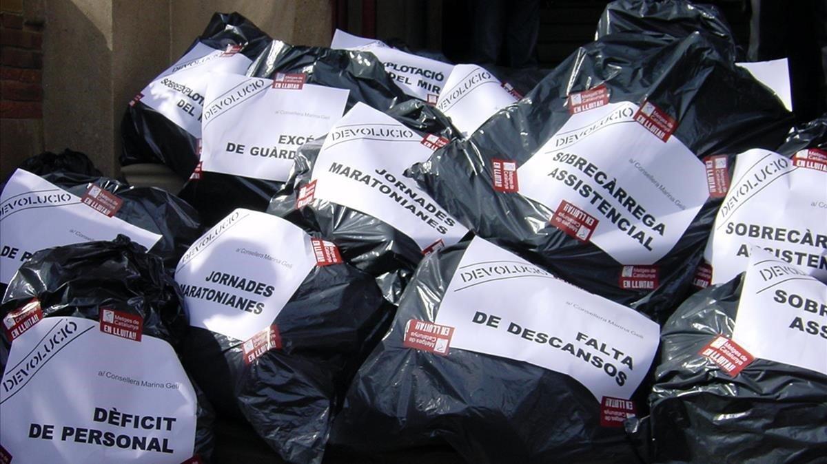 Bolsas de basura ante Salut con algunos de los motivos por los que protestaban los médicos hace una década.