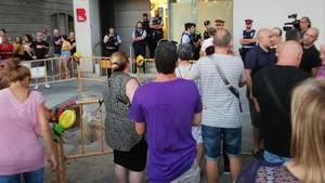 Los vecinos de la Barceloneta, en una concentración espontánea para denunciar el incivismo y la inseguridad del barrio marinero, este jueves.
