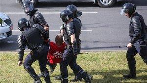 La policía se lleva detenido este miércoles a un hombre que intentó poner flores donde murió uno de los manifestantes enMinsk.