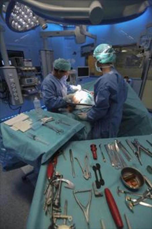 Un quirófano de un hospital de Barcelona durante una operación.