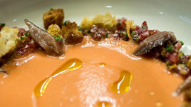 Omar Díaz (Bar Omar) explica cómo hace la receta de crema de pan con tomate y tartar de fuet con anchoas.