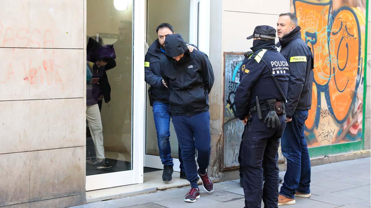 Redada antidroga en cinco pisos de Barcelona. En la imagen, uno de los detenidos en un piso de Ciutat Vella.
