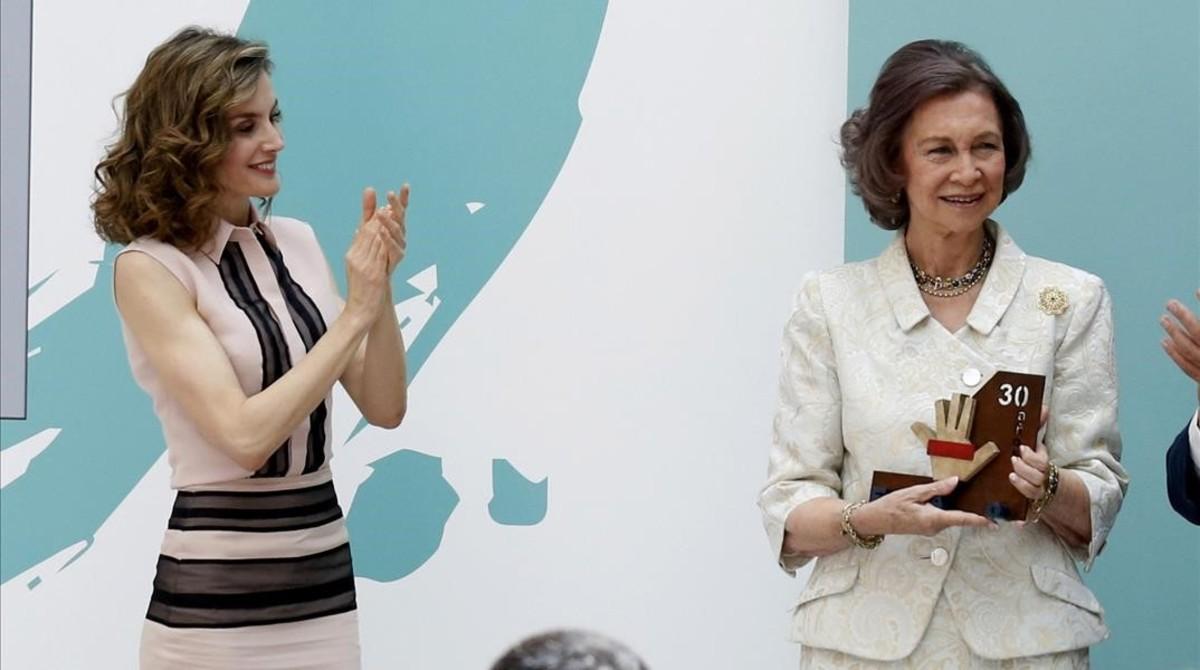 La reina Letizia aplaude a la reina Sofía en el 30 aniversario de la Fundación de Ayuda a la Drogadicción.