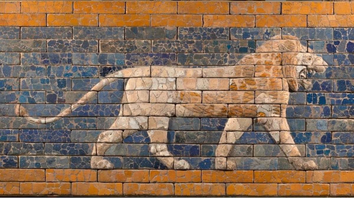 Relieve con león, símbolo de la diosa Ishtar, de la guerra y el deseo, dela vía procesional de Babilonia (hoy Irak), hacia el 575 aC., procedentedel museo Staatliche de Berlín yque forma parte de la exposición delMuseu del Disseny.