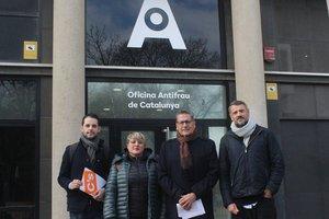 Representantes de Cs de LHospitalet frente a la Oficina Antifraude este miércoles