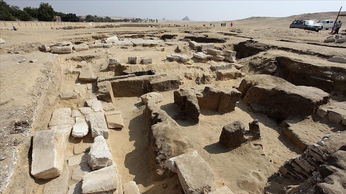 Restos de un templo del faraón Ramsés II hallado cerca de las pirámides de Guiza.