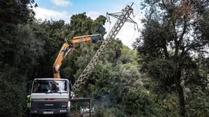 Endesa retira untendidoeléctricoaéreo cerca de la carretera de Horta a Cerdanyola, en Collserola.