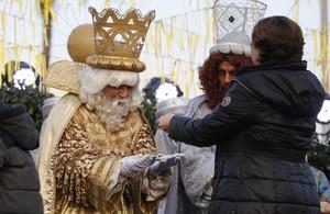 El rey Melchor, con un sospechoso parecido al concejal Jaume Collboni.