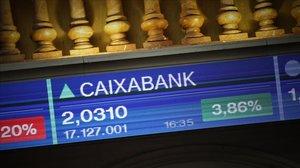 Panel indicativo de las cotizaciones en bolsa colocado en el Palacio de la Bolsa de Madrid, este miércoles.