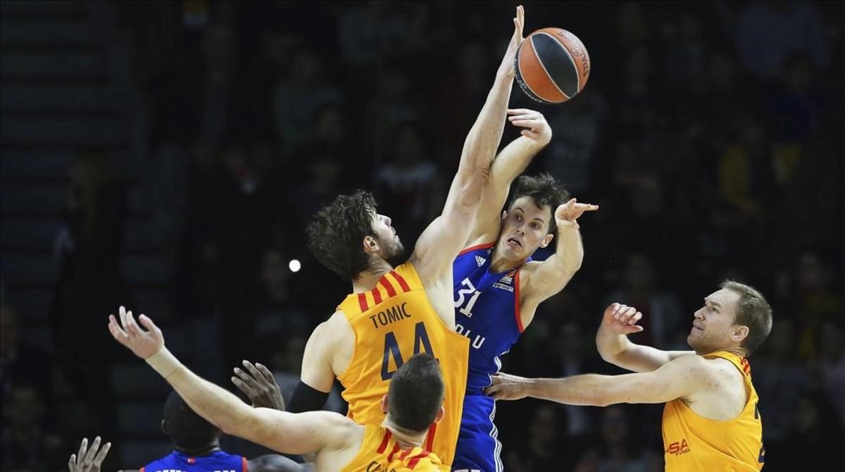 Tomic intenta taponar el pase de Heurtel en el partido del Barça ante el Efes en Estambul.