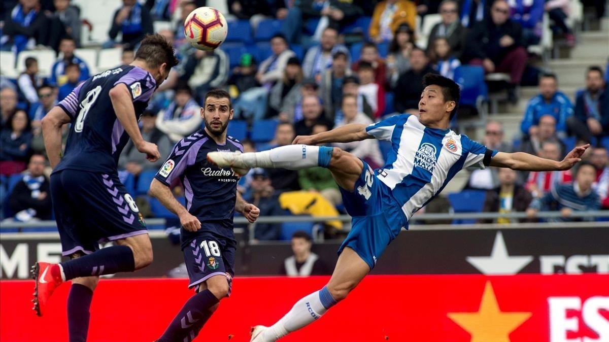Wu Lei intenta rematar en posición acrobática ante el Valladolid.