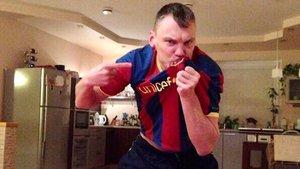 Sarunas Jasikevicius besa la camiseta de su nuevo club.
