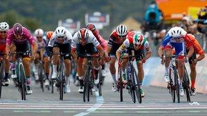 El esprint de la segunda etapa del Giro que ganó finalmente Gaviria tras la descalificación de Viviani.