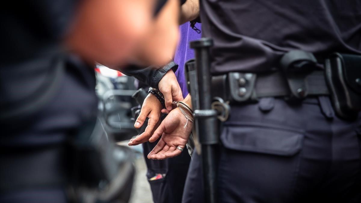 Los Mossos arrestan a un delincuente en una imagen de archivo.