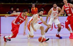 Sergio Llull intenta controlar un balón en el partido del debut frente a Túnez