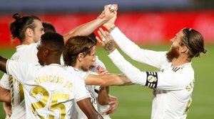 Sergio Ramos es felicitado por sus compañeros tras su golazo de falta directa ante el Mallorca.